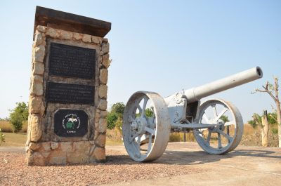 This memorial looks in good condition. It has a coat of arma on it and a cannon in good condition is on its right
